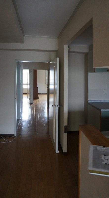 [before] LDKから玄関方向。奥は個室