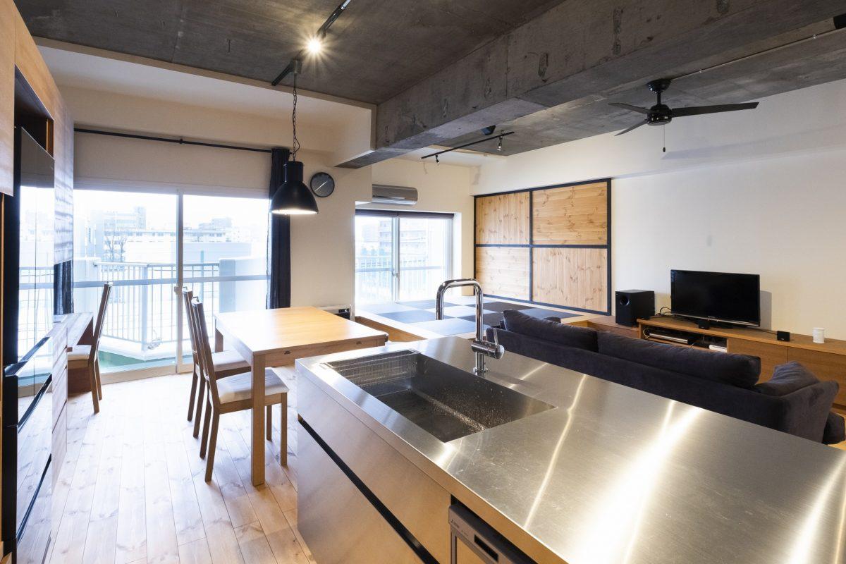 [after] キッチンから全体が見渡せ、作業中もテレビの視聴が可能。