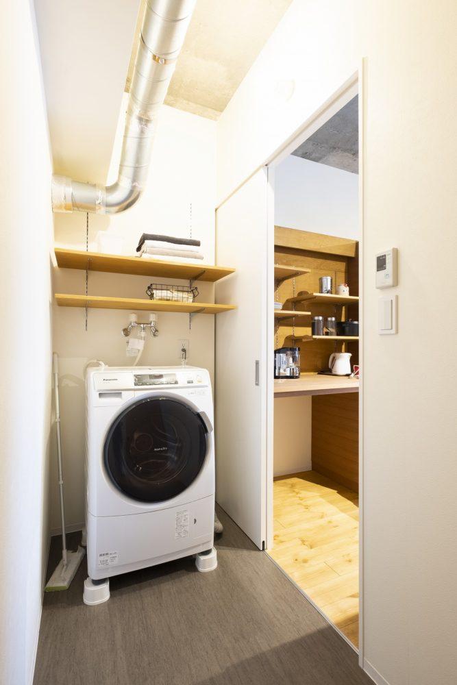 [after] キッチンからアクセス可能なランドリースペース