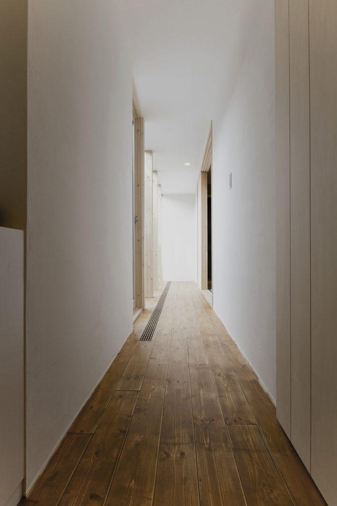 廊下突き当りから和室方向を望む